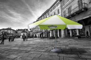 Biało zielony parasol z nadrukiem