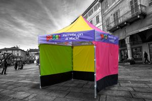 Kolorowy namiot z nadrukiem