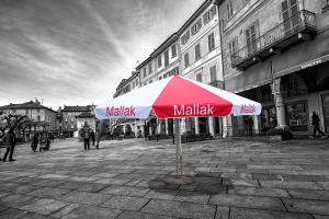 Biało - czerwony parasol z nadrukiem