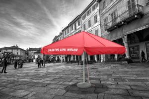 Czerwony parasol z nadrukiem